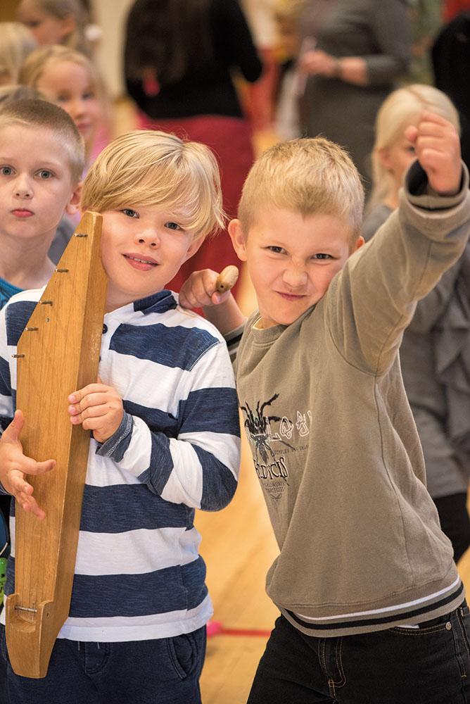 Ukko ja Viktor pääsivät testailemaan kanteleita ja muita soittimia Mikko Perkoilan keikan jälkeen.