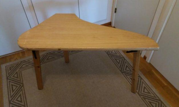 Myydään kaksi kantelepöytää