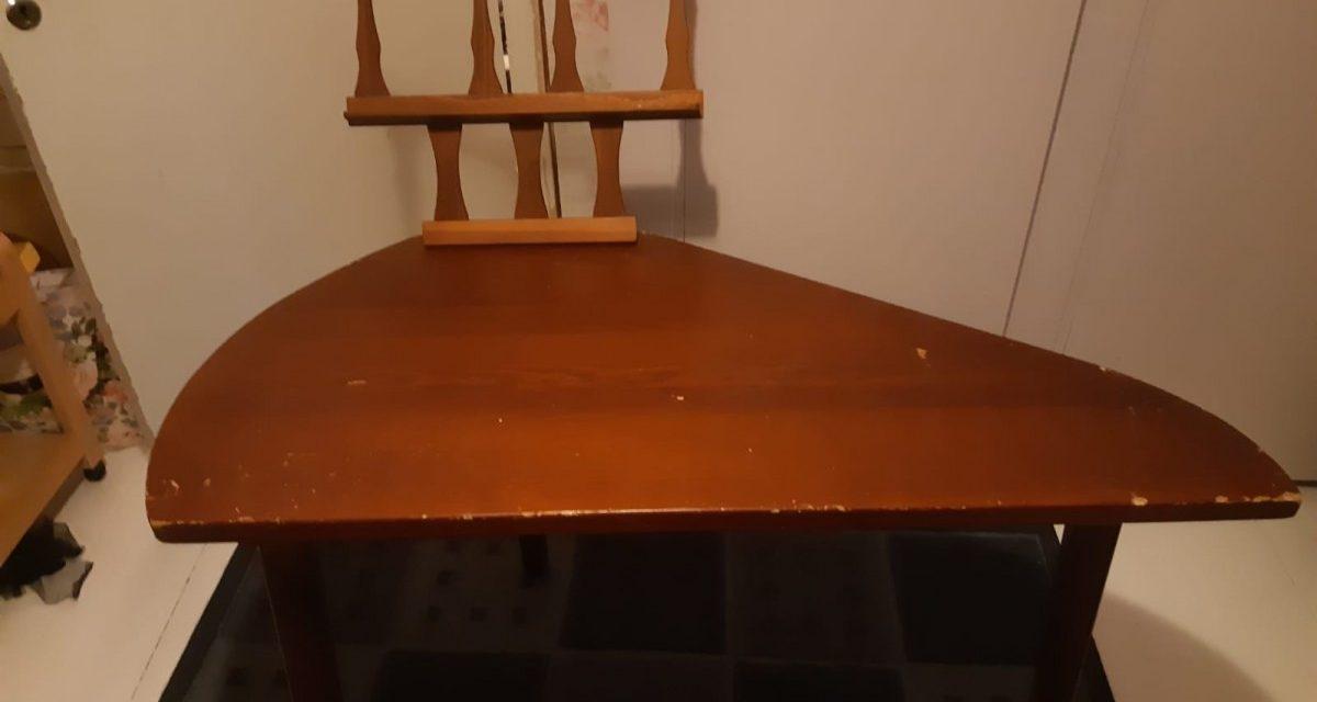 Myynnissä kantelepöytä