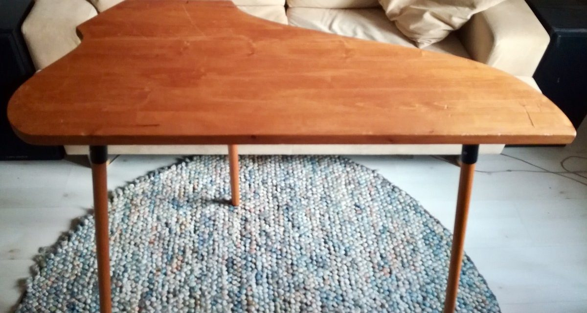 Myydään kantelepöytä